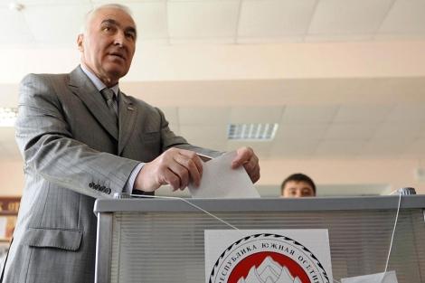 El ganador Leonid Tibilov, en el momento de depositar su voto. | Afp