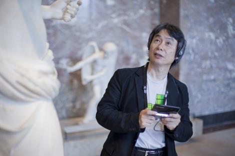 Miyamoto, creador de 'Super Mario', con la 3DS que sustituye a la audioguía.