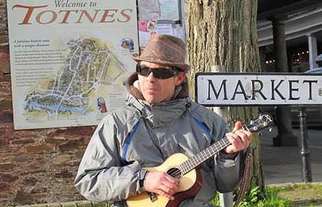 Músico en las calles de Totnes. | Foto: C.F.