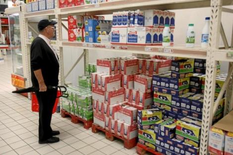 Un hombre mira los precios de la leche en un supermercado. | Alberto Cuellar