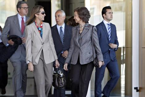 La Reina y la Infanta Elena, tras salir del hospital. | Efe