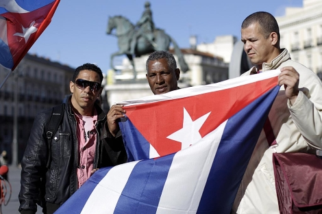 Ex presos políticos cubanos en la concentración en Sol. | Alberto Di Lolli