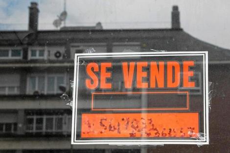 Vivienda con el cartel de 'Se vende' en Madrid.   Gonzalo Arroyo
