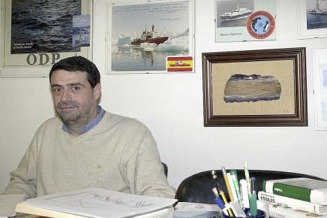 El catedrático José Abel Flores en su despacho en la USAL. | Ical