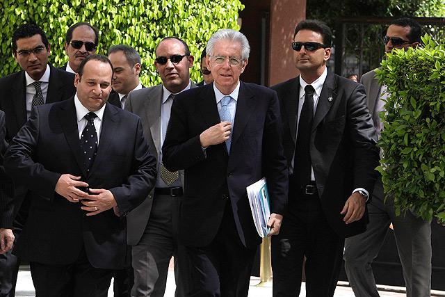 El primer ministro italiano, Mario Monti (centro), en su viaje oficial a El Cairo.   Reuters