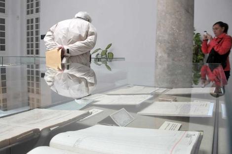 Dos usuarios contemplan los documentos expuestos en el Archivo de Cádiz. | Cata Zambrano