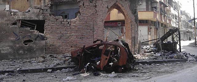Un vehículo destrozado en la devastada ciudad siria de Homs. | Reuters