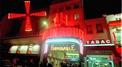 Moulin Rouge, símbolo de esta arteria repleta de sex-shops y discotecas.   J. R.