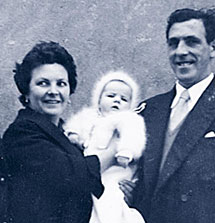 Begoña Urroz, con sus padres.