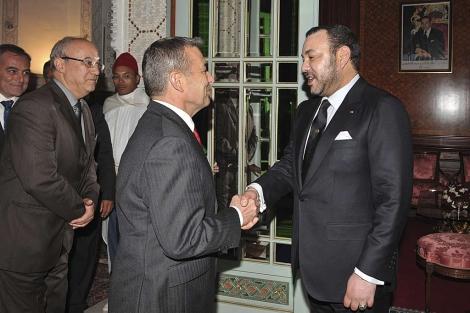 El presidente canario, Paulino Rivero, saluda al rey de Marruecos. | Efe