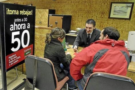 Una pareja solicita información sobre hipotecas en una entidad financiera.   Iñaki Andrés