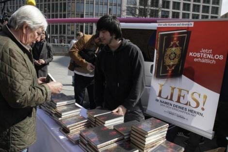 Regalo del Corán en Berlín.   Reuters
