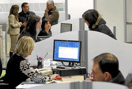 Trabajadores y desempleados en una oficina de empleo en Lanbide. | EM