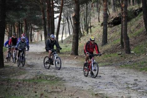 Ciclistas recorreiendo la ruta. | Marga Estebaranz