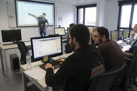 Dos alumnos se aplican en el aula de ingeniería informática. | Patxi Corral