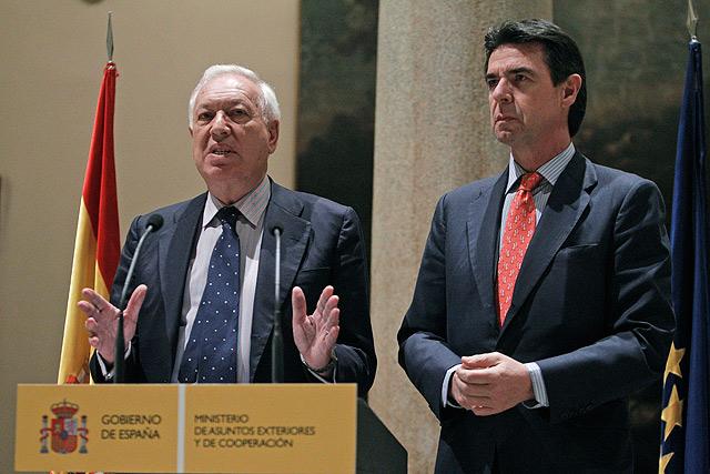 Los ministros de Exteriores e Industria (dcha.) comparecieron anoche tras conocer el anuncio de expropiación de YPF a Repsol. | Efe