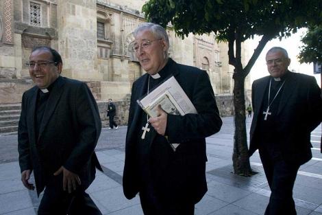 El obispo de Alcalá (centro) en Córdoba   Madero Cubero