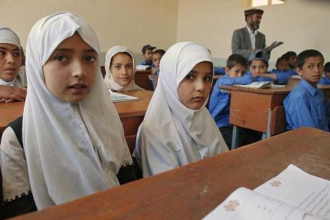 Cuatro alumnas en un colegio de Afganistán. | Mònica Bernabé