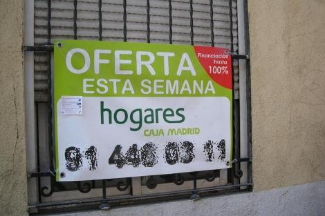 Cartel con una oferta temporal de una vivienda en el distrito de Puente de Vallecas (Madrid). | E.M.