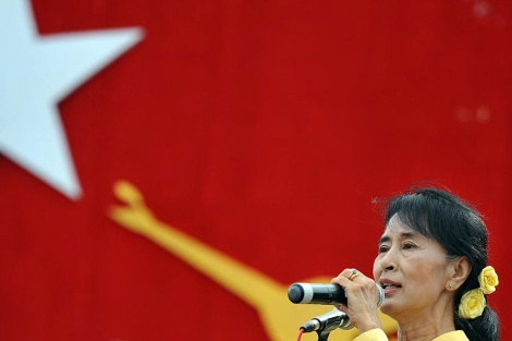 Aung San Suu Kyi pronuncia un discurso a las afueras de Rangún.   Afp