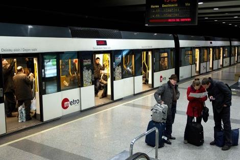 Viajeros en una estación de la red de Metrovalencia. | Foto: Benito Pajares