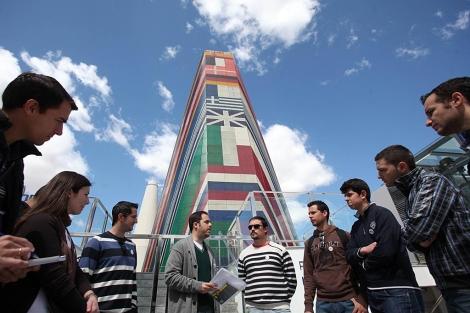 Miembros de la asociación Legado de la Expo junto al pabellón de la UE. | Jesús Morón