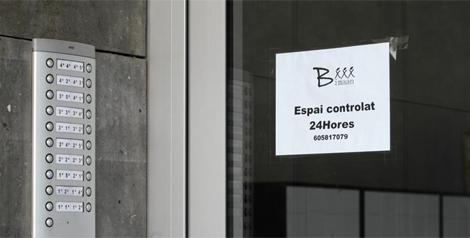 Cartel que anuncia que el edificio está vigilado 24 horas.   A. M.