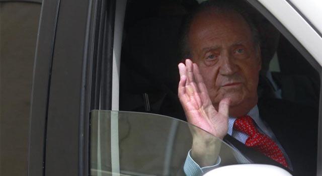 El rey Don Juan Carlos a su salida del hospital madrileño donde ha sido operado. | Javier Barbancho