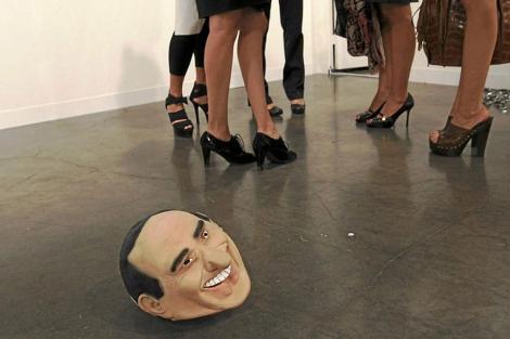 Una escultura de Berlusconi, junto a varias mujeres, en un museo de EEUU. | Ap