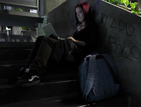 Una estudiante con su ordenador. | Antonio Heredia
