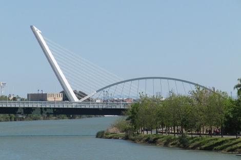 El puente de Calatrava sobre la dársena tenía otro gemelo que se eliminó sobre el cauce vivo.