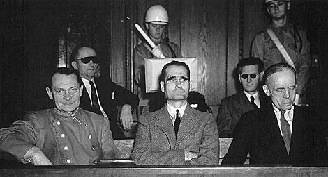Hess (centro.), junto a Goering (izda.), durante el juicio de Nüremberg.