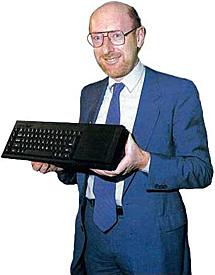 Sir Clive Sinclair con su ordenador.