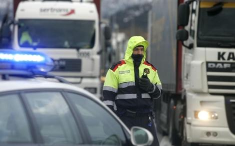 Un mosso, en un control rutinario en la frontera con Francia.   Eddy Kelele