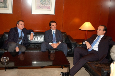 De izda. a dcha. José Antonio Sánchez, José María Aznar y Alfredo Urdaci, en 2004. | Efe