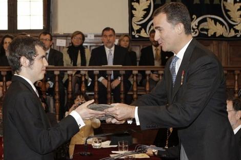 Cristóbal Ugarte, nieto de Nicanor Parra, recoge el premio de Don Felipe, .   Efe