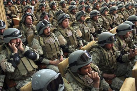 Agentes afganos reciben diplomas de los militares de la OTAN en Kabul. | Efe