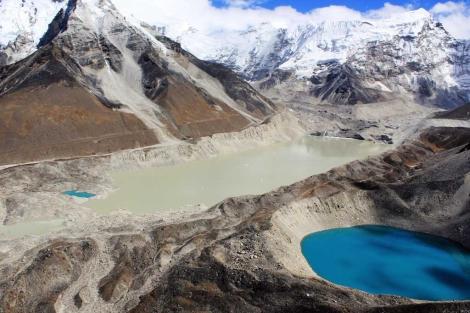 El glaciar Imja, en Nepal, con el lago de agua derretida que empezó a formarse a comienzos de los 60. | Jeffrey S. Kargel/GLIMS/University of Arizona