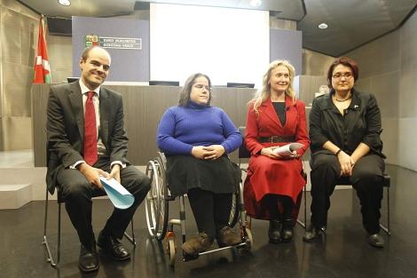 Juan Bikandi y Olga Rivera, junto con dos pacientes, durante la presentación. | I. Andrés