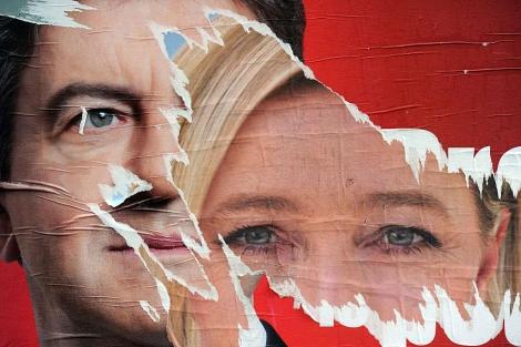 Carteles electorales rasgados de Jean-Luc Mélenchon y Marine Le Pen. | AFP
