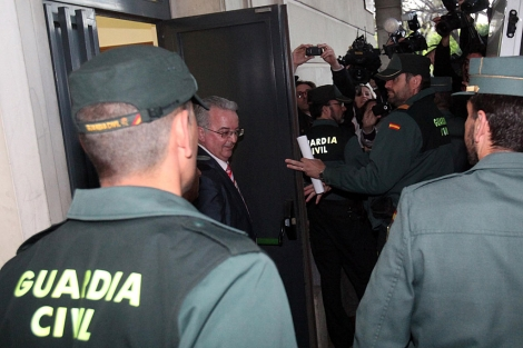 Anotnio Fernández, saliendo de los juzgados camino de prisión. | Jesús Morón