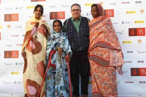 Tres de las actrices de 'Wilaya' posan con el director de la cinta. | A. Pastor