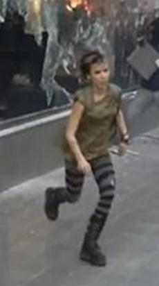 Una de las sospechosas, supuestamente participando en la quema del Starbucks.