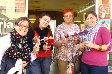 Flores de ganchillo confeccionadas para la ocasión. | ELMUNDO.es