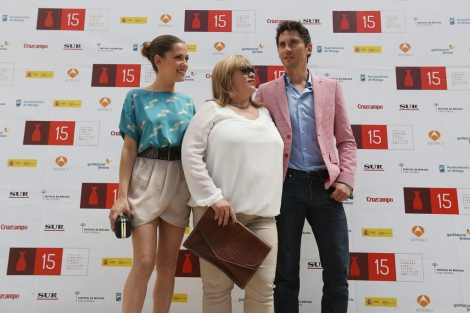 Paco y María León, junto a su madre Carmina.   Efe