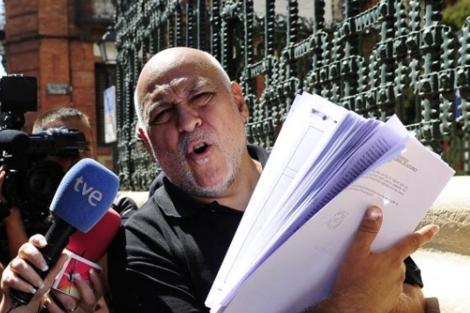 'Manglis', frente a la sede de la SGAE tras la 'Operación Saga'.   Bernardo Díaz.
