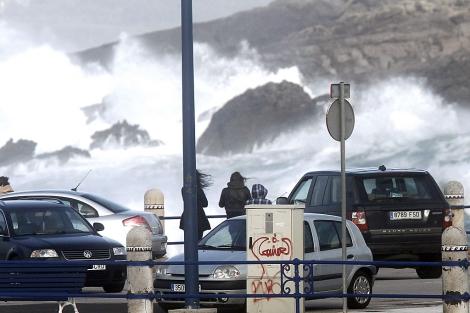 Varias personal observan el temporal sobre la península de La Magdalena (Santander).   Efe