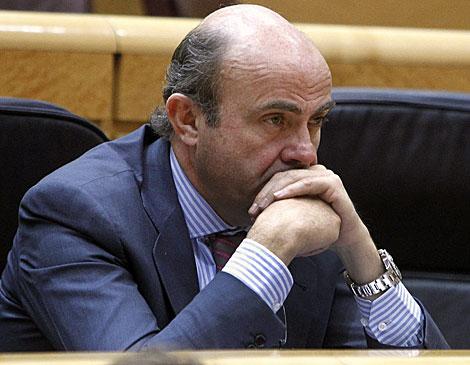 El ministro de Economía, Luis de Guindos, ayer en el Senado.   Efe