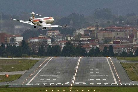 Un avión despega del aeropuerto de Loiu esta mañana.   Efe