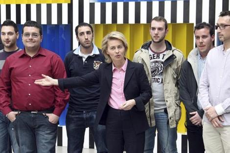 La ministra de Trabajo alemana con los jóvenes españoles